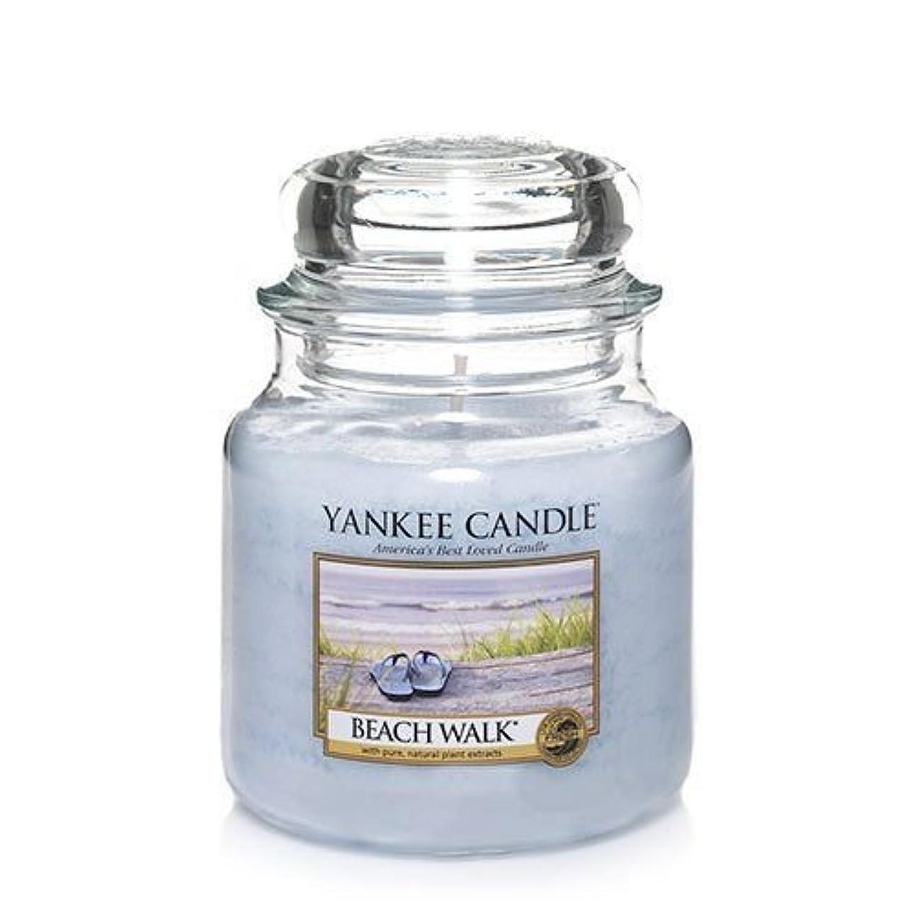 時代遅れしなやかタンザニアYankee CandleビーチウォークMedium Jar Candle、Festive香り
