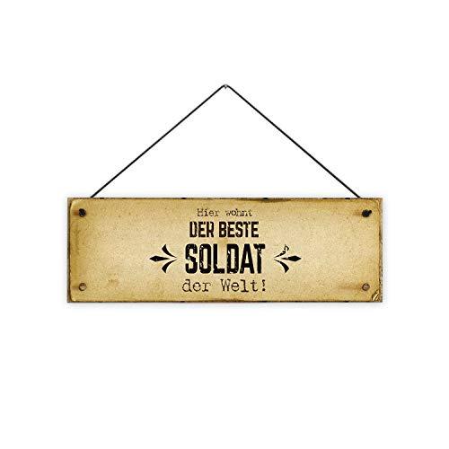 Fashionalarm Holzschild - Hier wohnt der Beste Soldat der Welt! Bedruckt | Deko-Schild mit Spruch als Geschenk-Idee Bundeswehr Berufssoldat, ca. 30x10 cm, 8 mm
