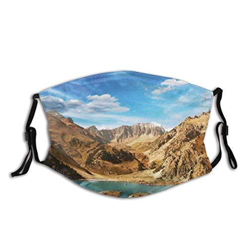 Mundschutz EIN Krater, der See unfruchtbare Pamir-Berge Asien in einem heißen Sommertag waschbar wiederverwendbarer Mundgesichtsschal sucht