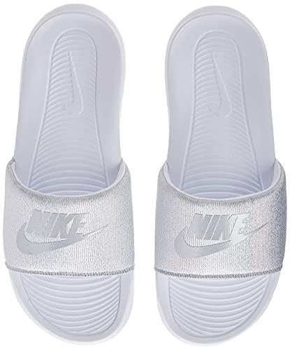 Nike Wmns VICTORI One Slide, Scarpe da Ginnastica Donna, White/Mtlc Silver, 42 EU