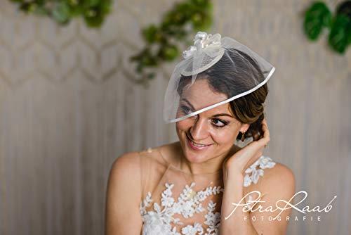 M85 Braut Haarschmuck Fascinator mit Blüten Federn Glamour Hochzeit Wedding Hairdress Bridalhair Brautfrisur Royal Wedding kleines Hütchen