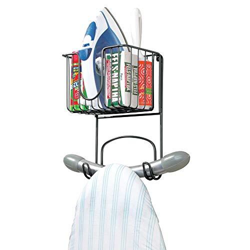 mDesign kleine Bügelbretthalterung zur Wandmontage – Bügelbrett Aufbewahrung mit Ablage für Bügeleisen & Co. – kompakte Wandaufhängung für die Waschküche aus Metall – schwarz