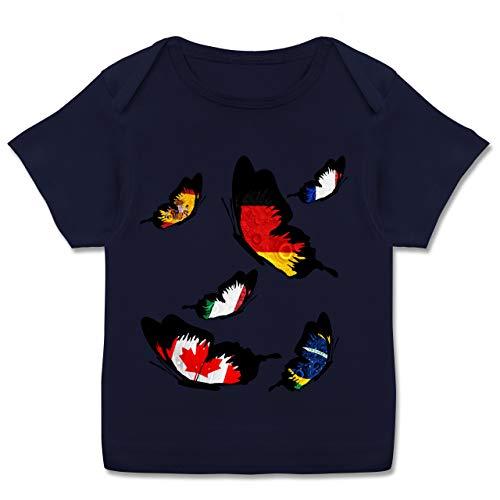 Fußball-Europameisterschaft 2021 - Baby - WM Länder Schmetterlinge - 68-74 - Navy Blau - Deutschland - E110B - Kurzarm Baby-Shirt für Jungen und Mädchen