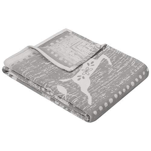 Ibena Aspen Kuscheldecke 140x200 cm - Baumwolldecke mit Wintermotiv Hirsch grau wollweiß - Reine Baumwolle, Made in Germany, kuschelweich & angenehm warm