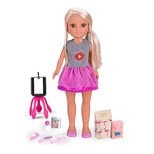 Nancy - Un Día como Youtuber, muñeca con accesorios de belleza, cajas para hacer unboxings, un trípode soporte para el móvil y una App segura para hacer videos para niños, FAMOSA (700014272)