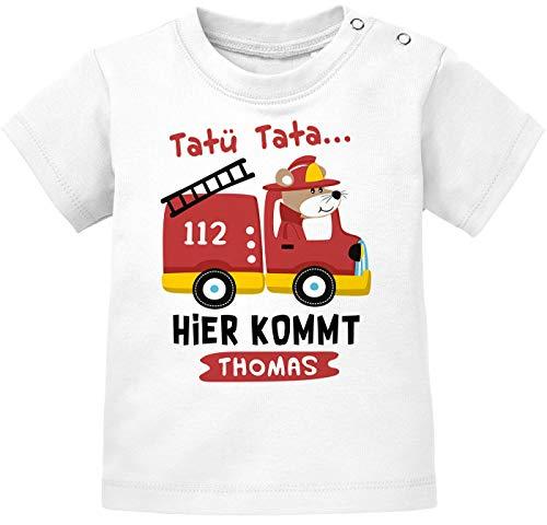 """SpecialMe® - Camiseta para bebé con nombre personalizado, diseño de coche de bomberos, texto en alemán """"Tatütata Hier kommt [nombre deseado] de manga corta de algodón orgánico Blanco 80 cm/86 cm"""