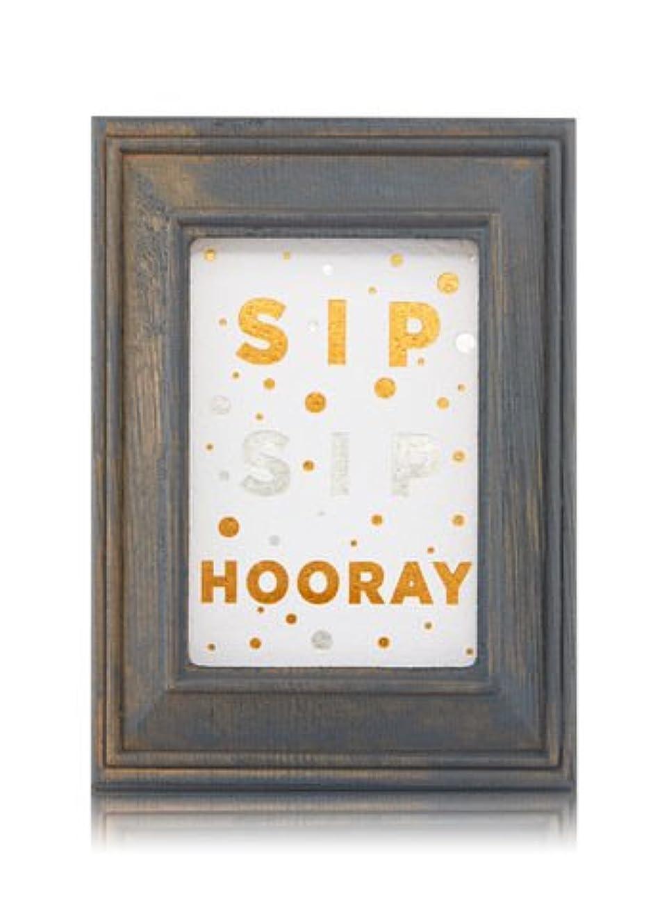 旅スポンサー宿題【Bath&Body Works/バス&ボディワークス】 ルームフレグランス プラグインスターター (本体のみ) ウッドフレーム ゴールド シルバー Wallflowers Fragrance Plug Wooden Sip Sip Hooray Frame [並行輸入品]
