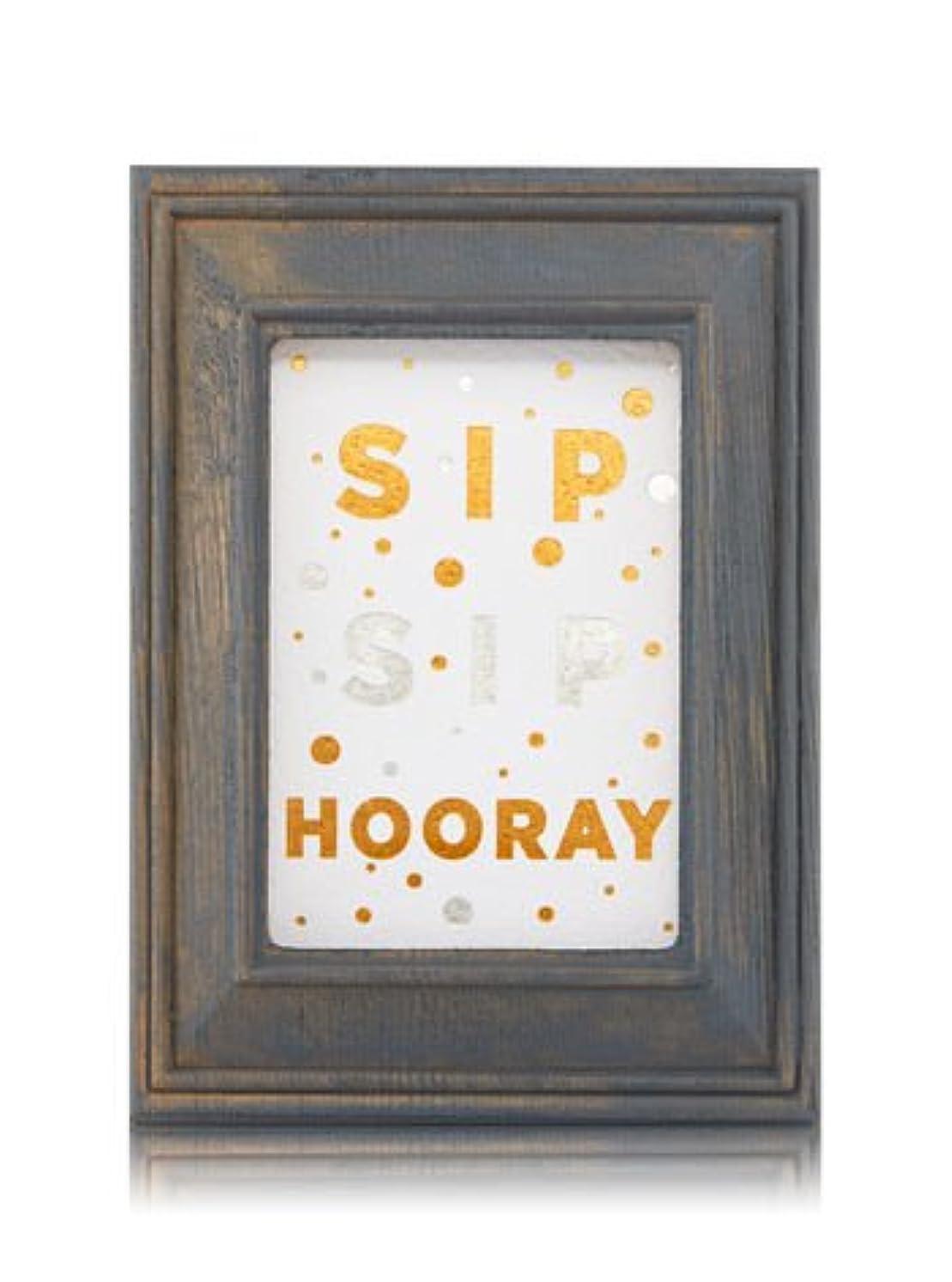 偶然警報褐色【Bath&Body Works/バス&ボディワークス】 ルームフレグランス プラグインスターター (本体のみ) ウッドフレーム ゴールド シルバー Wallflowers Fragrance Plug Wooden Sip Sip Hooray Frame [並行輸入品]