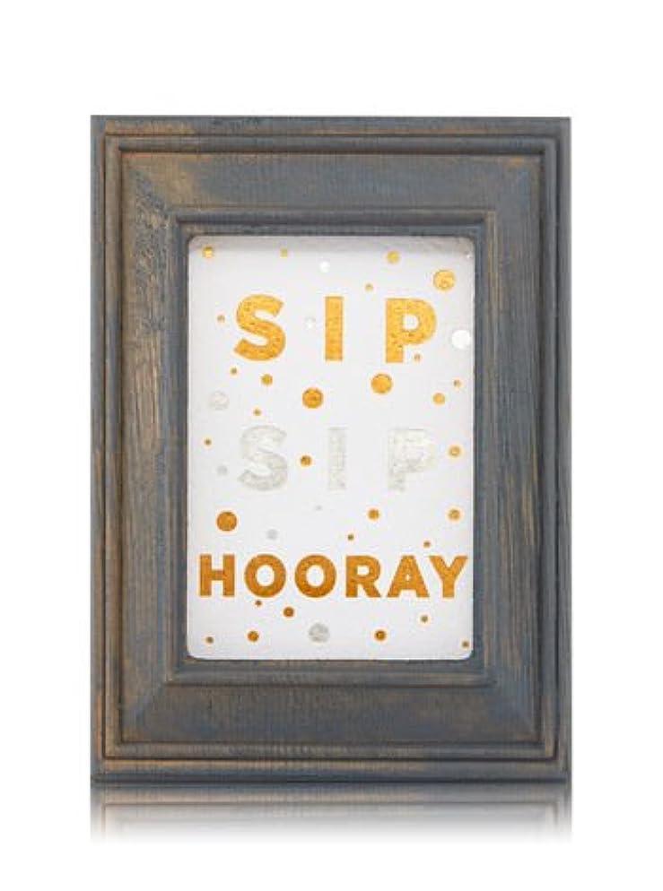 眠るシェル残酷な【Bath&Body Works/バス&ボディワークス】 ルームフレグランス プラグインスターター (本体のみ) ウッドフレーム ゴールド シルバー Wallflowers Fragrance Plug Wooden Sip Sip Hooray Frame [並行輸入品]
