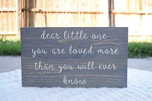 CELYCASY Panneau en Bois Inscription Dear Little One You are Loved More Than You Know