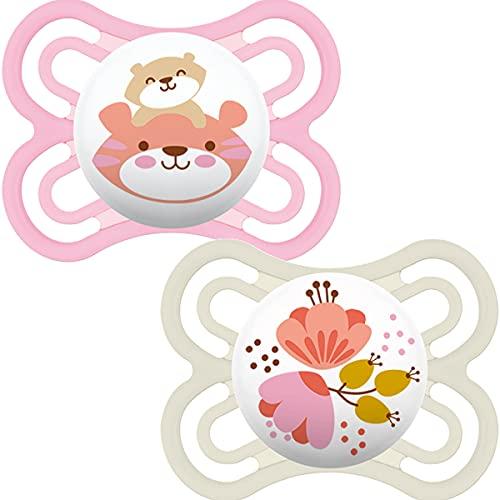 MAM Perfect Soothers 0+ meses (paquete de 2), chupetes de bebé más delgados y suaves con estuche de viaje autoesterilizante, artículos esenciales para recién nacidos, rosa (los diseños pueden variar)