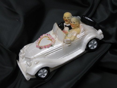 Senioren - Brautpaar im Auto, Polyresin
