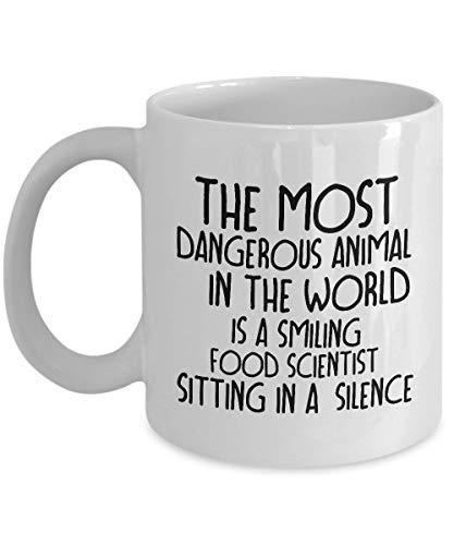 Das gefährlichste Tier der Welt ist ein lächelnder Lebensmittelwissenschaftler, der in A sitzt. Lustig für Kaffeetassen von Lebensmittelwissenschaftlern - Für Weihnachten, Ruhestand, Danke, Happy Holi