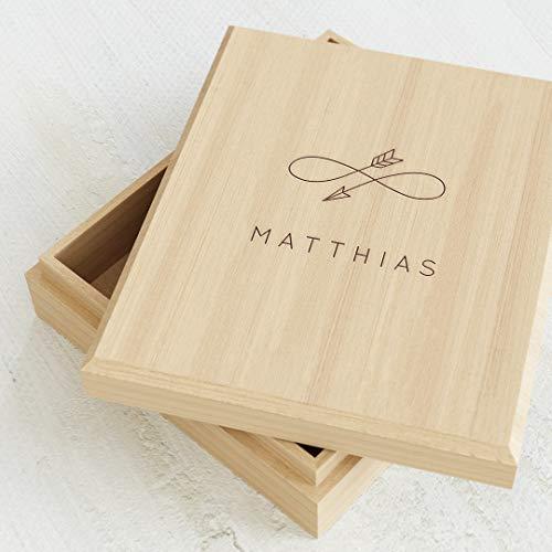 sendmoments Kiste aus Holz mit individueller Namensgravur, originelle Geschenkidee, personalisierte Erinnerungsbox 113 x 130 mm mit Unendlichkeitspfeil-Motiv, Schachtel für Kinder mit Name und Design
