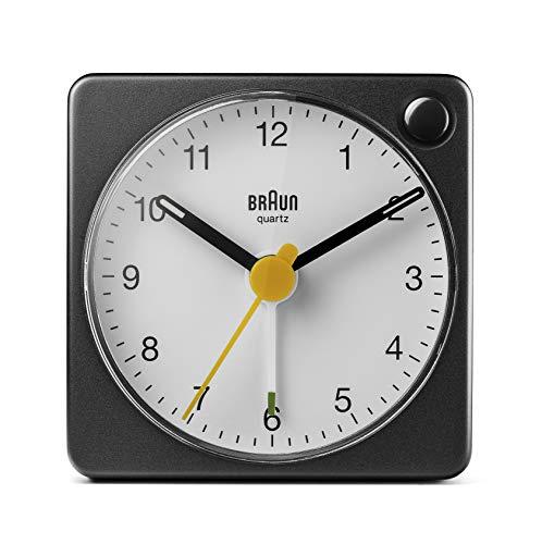 Braun Klassischer analoger Reisewecker mit Schlummerfunktion und Licht, kompakte Größe, ruhiges Quarzuhrwerk, Crescendo-Alarm, schwarz-weißes Modell BC02XBW