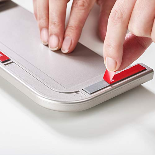 取り付け作業はとても簡単。貼り付ける位置を決めたら、両面テープの保護シールを剥がして30秒押さえればOK。30分おいてからまな板を収納してください。