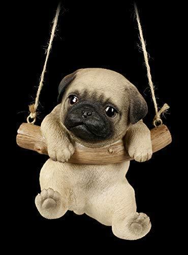 Hunde Figur Mops Welpe hängt in Schaukel   Tier-Figur, handbemalt, zum Hängen