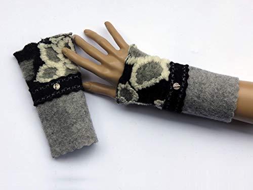 Armstulpen/Pulswärmer: Walkwolle (Walkloden, Kochwolle) in Grau, dehnbare Walkwolle (Strickwalk) in Schwarz (Blumen-Relief in Grau und Weiß); breiter Zackenlitz, Charm (Designer-Perle), Zierstiche