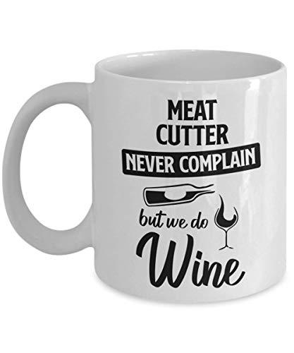 Eastlif Taza cortadora de Carne - Nunca te quejes, Pero Hacemos Vino - Taza de té y café de cerámica novedosa y Divertida Regalos geniales para Hombres o Mujeres con Caja de Regalo