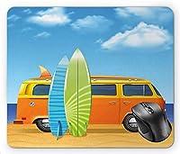 グラフィックビーチハッピーキャンピングカーレトロバンと海辺でカラフルなサーフボード漫画、スカイブルー多色マウスパッド