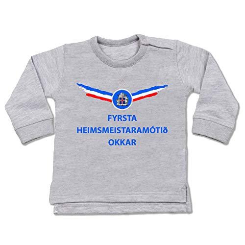 Shirtracer Fußball-Europameisterschaft 2020 - Baby - Unsere erste WM Island isländisch - 12/18 Monate - Grau meliert - BZ31_Baby_Pullover - BZ31 - Baby Pullover