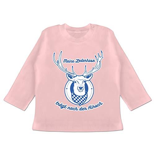 Oktoberfest & Wiesn Baby - Meine Lederhose trägt noch der Hirsch Rauten - 3/6 Monate - Babyrosa - Lederhose - BZ11 - Baby T-Shirt Langarm