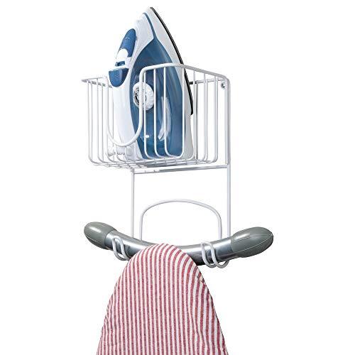 mDesign Colgador de pared para tabla de planchar – Estante de pared para planchador con cesta para plancha y demás – Compacto soporte para plancha en acero inoxidable para lavadero – blanco