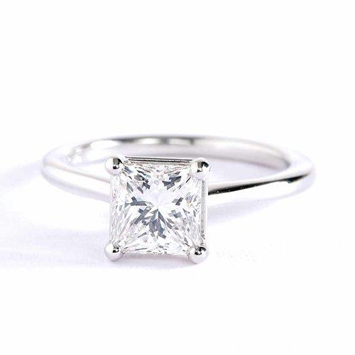 Anillo de compromiso de diamante solitario de princesa simple VS2 F de 0,90 quilates, oro blanco de 18 quilates