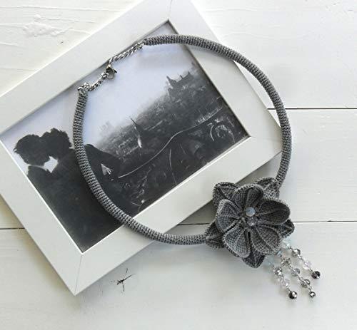collar gargantilla gris con una gran flor y cuentas a ganchillo