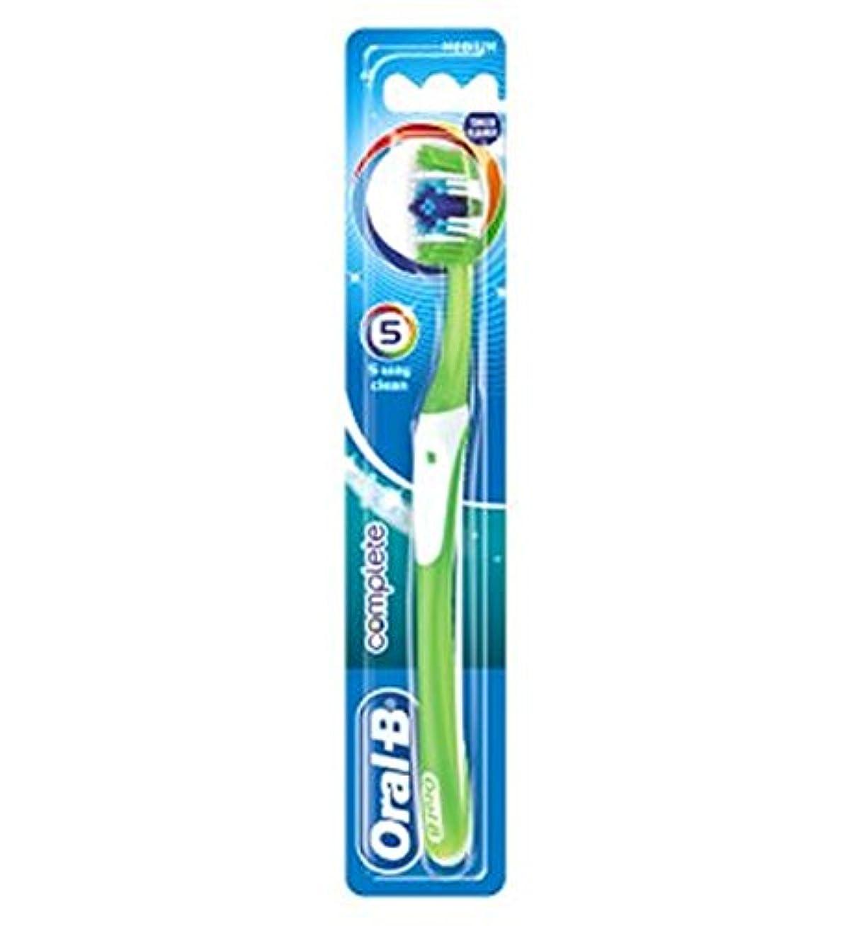 トチの実の木強調お手入れOral-B Complete 5 Way Clean Medium Manual Toothbrush - オーラルBの完全な5道クリーンなメディアの手動歯ブラシ (Oral B) [並行輸入品]
