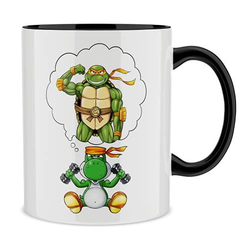 OKIWOKI Taza con asa Negra e Interior Negro Parodia de Yoshi - Las Tortugas Ninja- Yoshi, Michelangelo y Las Tortugas Ninja (Taza de Primera Calidad - Impresa en Francia - Réf : 1179)