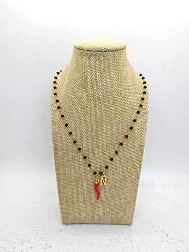 Collana girocollo stile rosario con filo di colore oro, cristalli neri e ciondoli con lettera e cornetto portafortuna rosso.