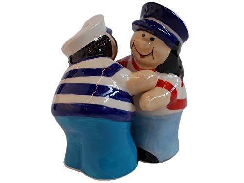 Unbekannt 2er Set Maritime Salz und Pfeffer Streuer aus Keramik | Mann und Frau mit Matrosenmütze und Fischerhemd, Sich umarmend | Höhe 8 cm