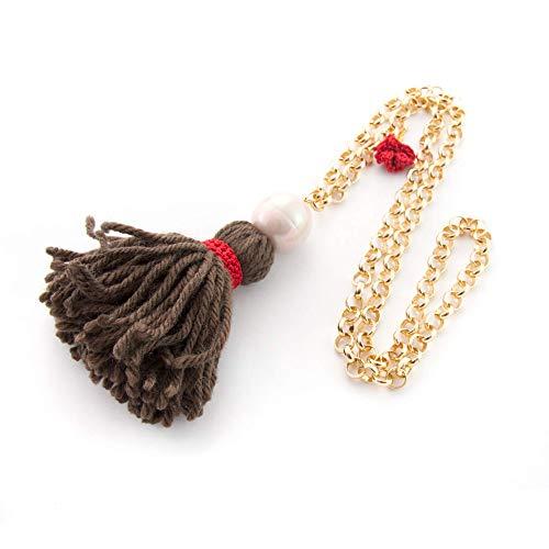 Lange Halskette Fantasie-Halskette für Frauen mit Pompons, Wollquaste, blass rosa Perle und goldener Aluminiumkette und Details in Makramee. Dunkelbraun Wolle. Rot. Geschenk valentinstag