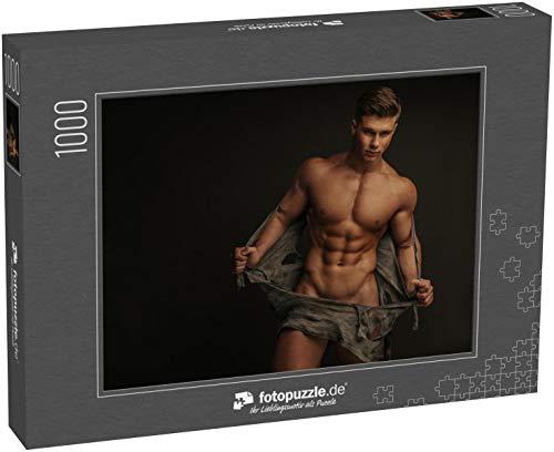 Puzzle 1000 Teile Muskulöser nackter Mann, der Sein Hemd auszieht - Klassische Puzzle, 1000 / 200 / 2000 Teile, edle Motiv-Schachtel, Fotopuzzle-Kollektion 'Erotik'