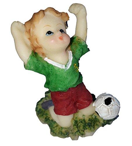 HOBI miniature figurine en résine peinte petit garçon jouant au foot petit footballeur maillot vert short rouge