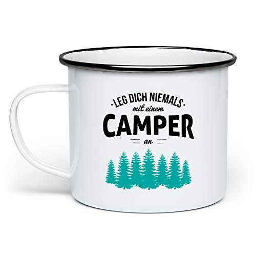 Fashionalarm Emaille-Tasse Leg Dich Niemals mit einem Camper an beidseitig Bedruckt | Emaille-Becher mit lustigem Spruch Geschenk Camping Campen, Weiß/Schwarz
