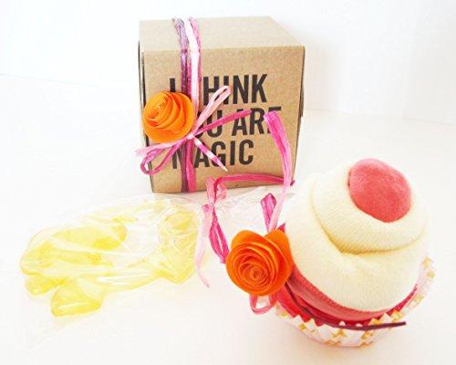 Cadeau original pour naissance   Avec : 1 cupcake (= Bavoir + chaussettes) et un masseur de dentition   Ton rose pour fille.