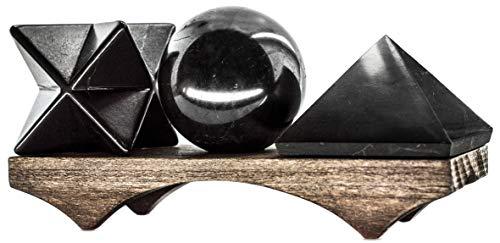 Keled Rocks Schungit Merkaba-Pyramide und Steinkugel-Set auf dem hölzernen Buchenständer. Dies ist ein Muss für Schungitartikel aus Russland.