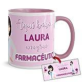 Kembilove Taza de Café Aquí Bebe una Gran Farmacéutica – Tazas Personalizadas con el Nombre – Taza de Desayuno para la Oficina – Taza de Café y Té para Profesionales – Taza Impresa para Farmacéuticas