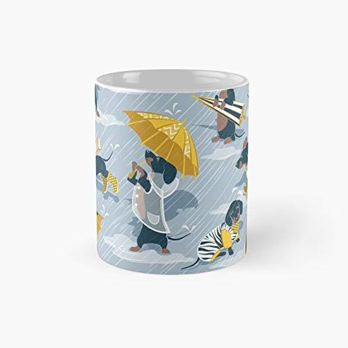 Taza clásica Ready for A Rainy Walk con fondo azul pastel con abrigos de lluvia amarillos y transparentes | El mejor regalo divertidas tazas de café de 325 ml