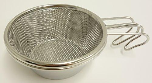 水切りやスープ濾しなどに役立つ、シェラカップ用のザル。キャプテンスタッグのシェラカップなら、スタッキングもできます。こちらは320mlのシェラカップ用ですが、ほかに630ml用もあります。サイズを間違えないように品番をご確認ください。