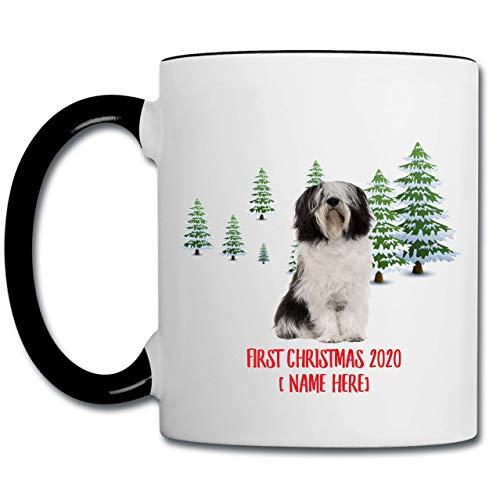 Perro pastor de las tierras bajas polaco personalizado Perro negro blanco Primera Navidad 2020 Árbol en paisaje de invierno Taza de café con acento negro 11 oz