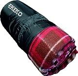Manta de Forro Polar con Practica Bolsa de Transporte, ekeko Highlands, Fabricada integramente en RPET. (Rojo)