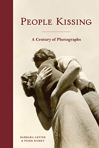 People Kissing: A Century of Photographs (Vintage snapshots and postcards  a great gift for engagements  wedding showers  and anniversaries)