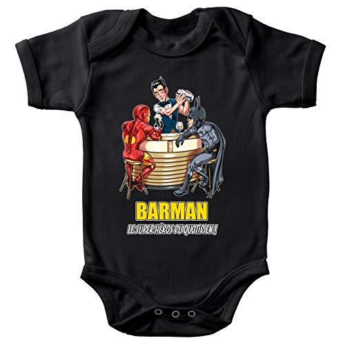 Body bébé Manches Courtes Noir Parodie MCU - Justice League - Iron Man et Batman et.Barman - Barman, Le Super Héros du Quotidien ! (Body bébé de qualité supérieure de Taille 18 Mois - imprimé en F