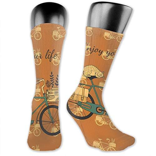 Höga ankelstrumpor i bomull för kvinnor män, vintage stil cykel med blomlåda och sovkatt på bränd orange bakgrund