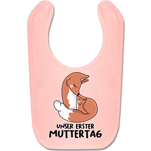 Shirtracer Muttertagsgeschenk Tochter & Sohn Baby - Unser erster Muttertag mit Füchsen - Unisize - Babyrosa - baby geschenk - BZ12 - Baby Lätzchen Baumwolle