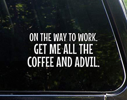 Op de weg naar het werk. Krijg me alle koffie en Advil Vinyl Die Gesneden Decal Bumper Sticker voor Windows, Auto's, Vrachtwagens, Laptops, Etc.