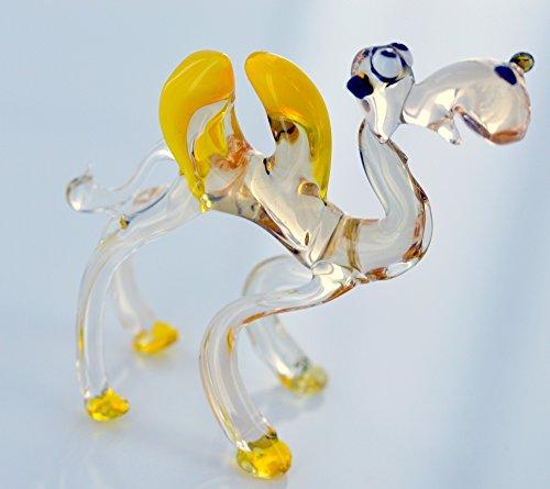 Kamel met gele krukken - glazen dier, glazen figuur